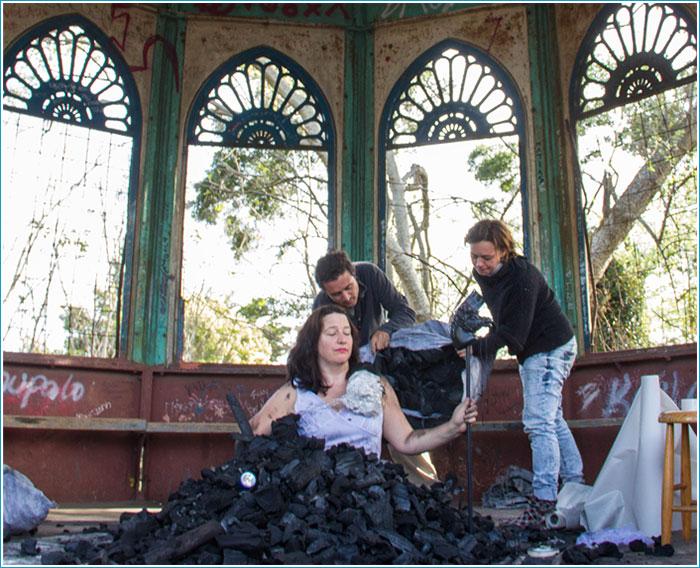 Irene Loughlin. Performance: Carbon de la Pergola Arabe. Lota, Chile. Photo: Sebastián Burgos.